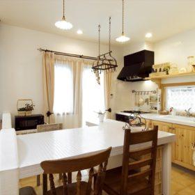 キッチンはもちろん、ダイニングテーブルもハンドメイド。波を描く塗壁ウォールも見所のひとつ。