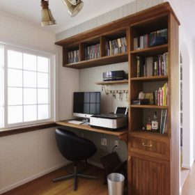 書斎には手作りのデスクを設え、より特別な空間を演出。もちろん使い勝手も抜群。