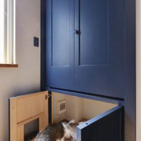 収納棚の下部はペットスペースに。各家庭の生活に合わせた設計はハンドメイド家具の強み。
