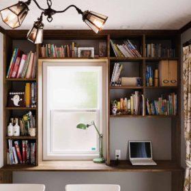 ハンドメイドのカウンターデスクには、窓の形に合わせて十分な容量の収納棚。