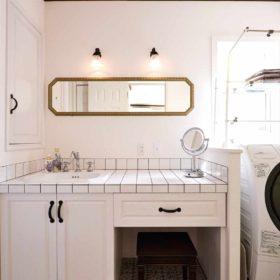 黒目地と白タイルのコントラストが美しい洗面台。女性に嬉しいメイクスペースも明るい洗面台に確保。
