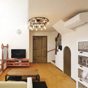 リビング扉と階段下の愛らしい扉、どちらもハンドメイドにて作成。思い描いていた形を再現。