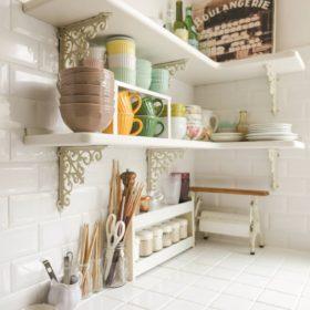 お気に入りの真っ白いタイル2種を貼り分けたキッチン。シェルフもインテリアの雰囲気に合わせて。