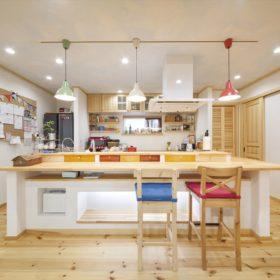 ナチュラルなアイランドキッチンもハンドメイド。家族にフィットする、世界にひとつの空間に。