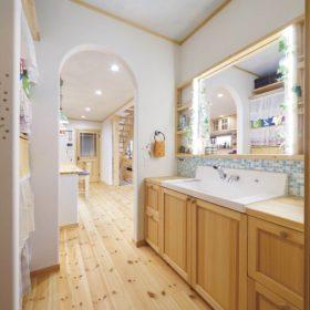広い洗面台は使い勝手もいいと好評。背面には可動棚を作って収納も大容量に。