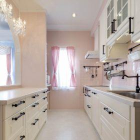 パステルカラーのエレガントなキッチン。お城のような室内にぴったりのキッチンに仕上げた。