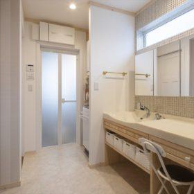 光の反射で色合いを変化させるタイルが美しい洗面台。大容量の収納スペースも魅力的。