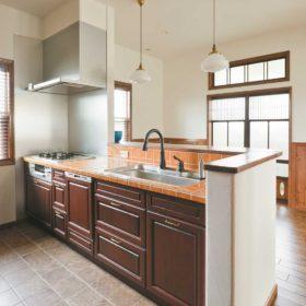 レトロな趣を残すやさしい雰囲気のハンドメイドキッチン。掃除がしやすいとご夫人にも好評。
