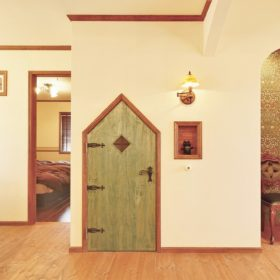 三角がおしゃれな造作扉。ちょっとした収納スペースも、扉ひとつで愛らしくも華やかにも。
